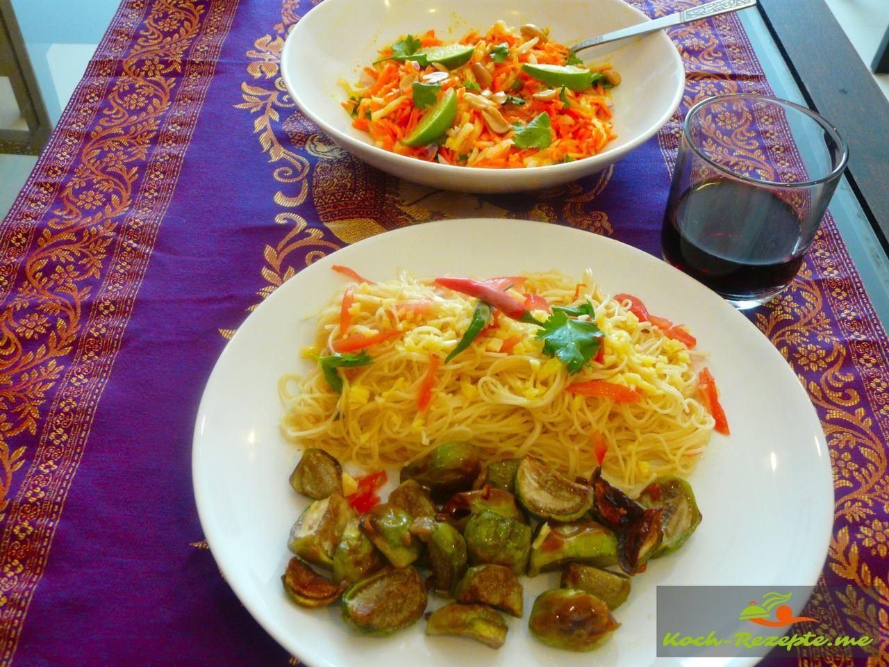 Spaghetti und Auberginen auf einen Teller anrichten