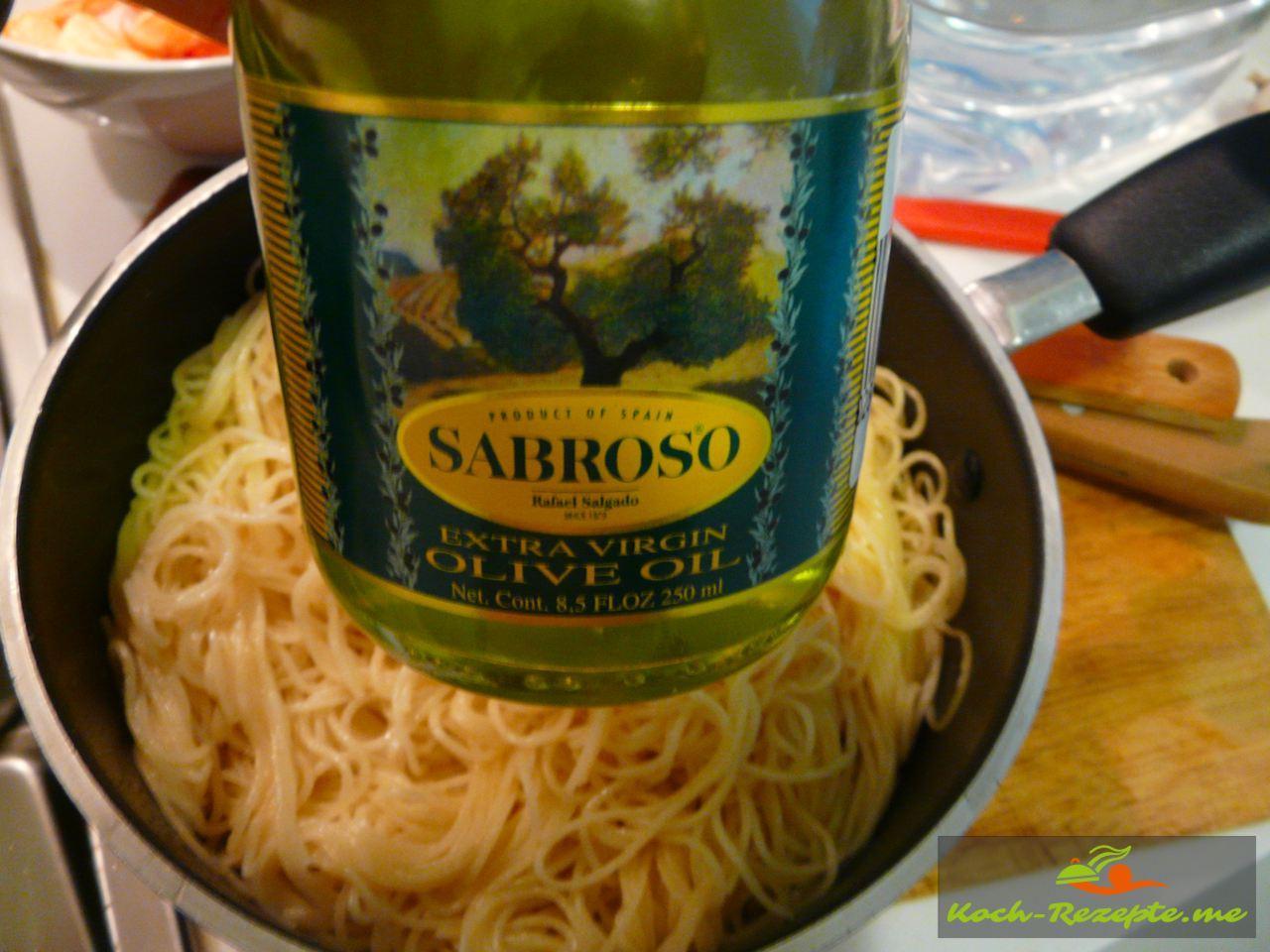 Die abgegossenen Nudeln mit Olivenöl begießen und die aufgelöste Tamarindenpaste  umrühren