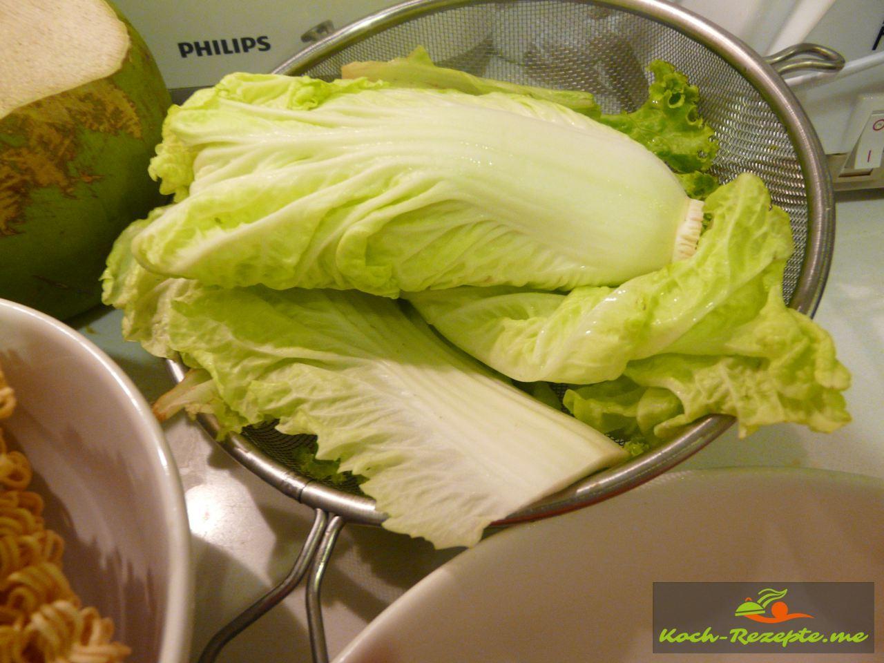 Von 3 Blättern die Stiele fein in Streifen schneiden und auf das Rezept  Asia Nudeln mit Brokkoli Gemüse kochen