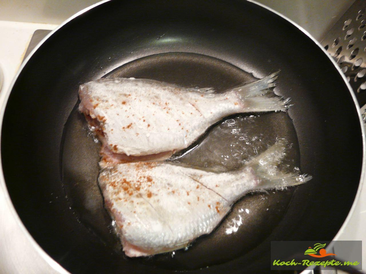 Das Rezept Asia Nudeln mit Brokkoli Gemüse , kommt Öl in einer Pfanne erhitzen und die Fische von beiden Seiten  braun braten