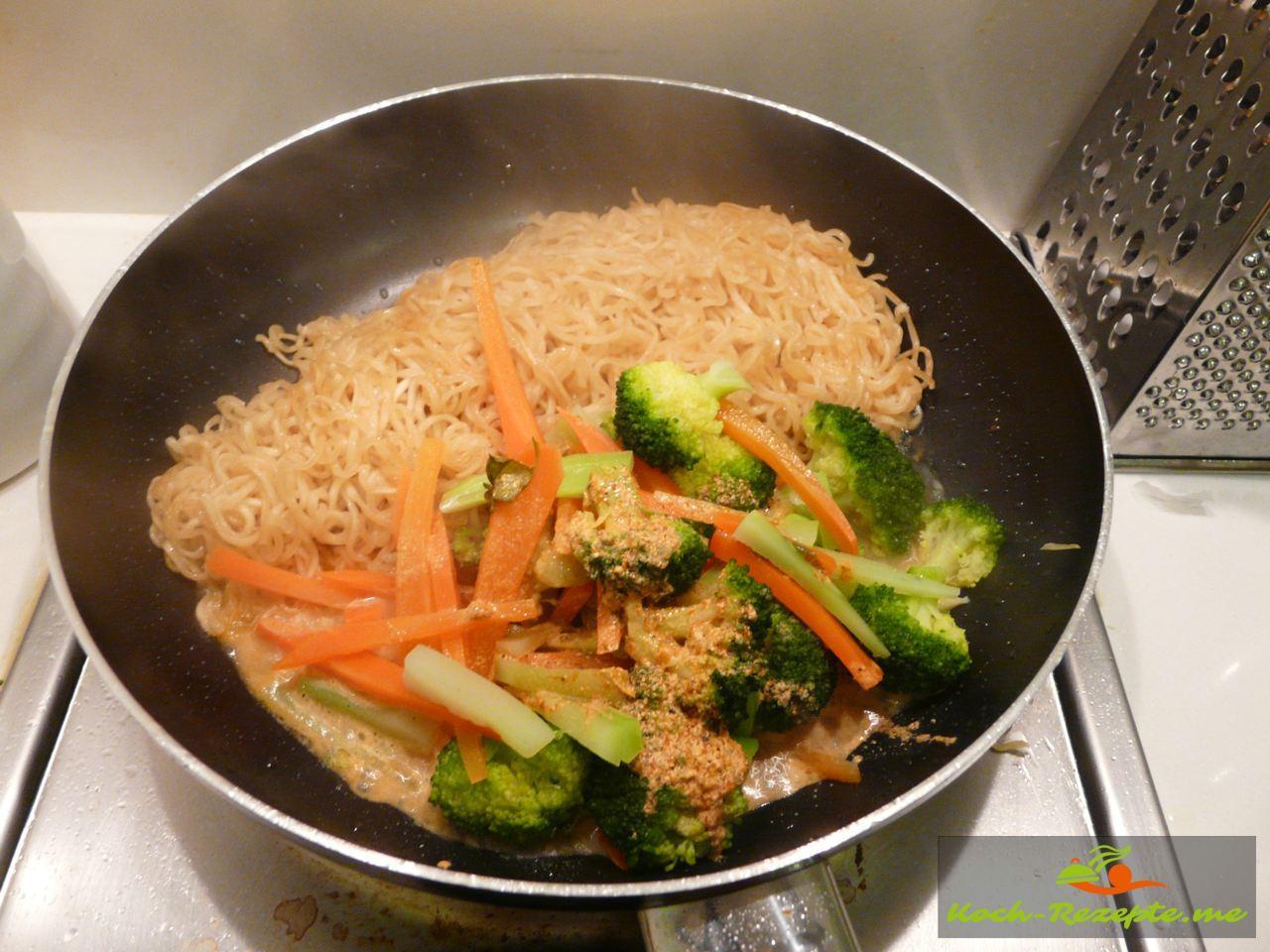 Die Nudeln mit Gemüse, Chinakohlstreifen,  und Fühlingszwiebeln in der Pfanne vermischen,  Asia Instandbrühe, Austernsauce und Chiliketchup angießen und alles vermischen für Asia Nudeln mit Brokkoli Gemüse