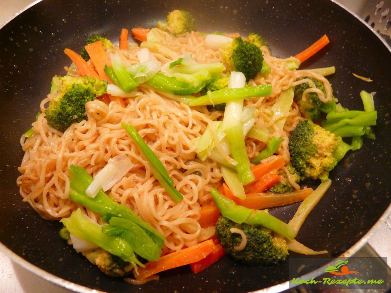 Fertig zum Anrichten Asia Nudeln mit Brokkoli Gemüse und gebratenen Fisch