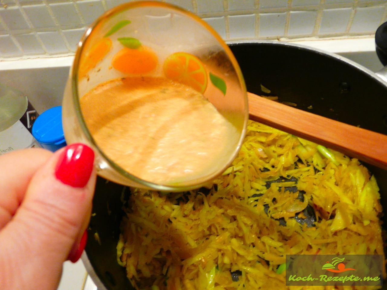Thai Rezept Gemüse Nudeln Garnelen, Brühe mit Chili und Sojasauce angießen