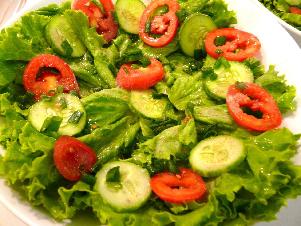 Geputzter Salat auf einen Teller Garnieren