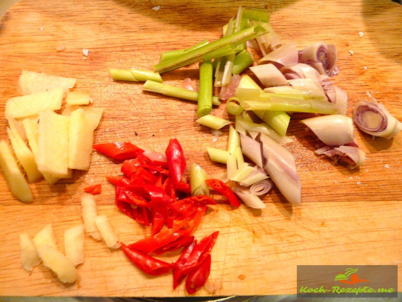 Zitronengras, Chili Ingwer in kleine Stücke schneiden