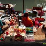 Touristenattraktion Floating Market Bangkok hier Obst,Gemüse und Nudelgerichte zu kaufen