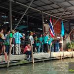 Touristenattraktion hier steigt man in die Boote ein für eine Rundfahrt schwimmender Markt