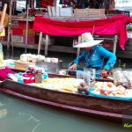 Frische Mango, Bananen, Kokosnuss auf dem Floating Market,Schwimmender Markt