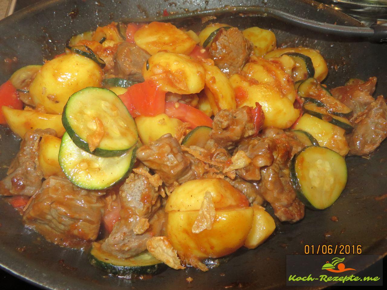 Tomatenstücke und die Pellkartoffeln kurz mit durchschwenken, für Rinderhüfte gemischtes Pfannen Rezept
