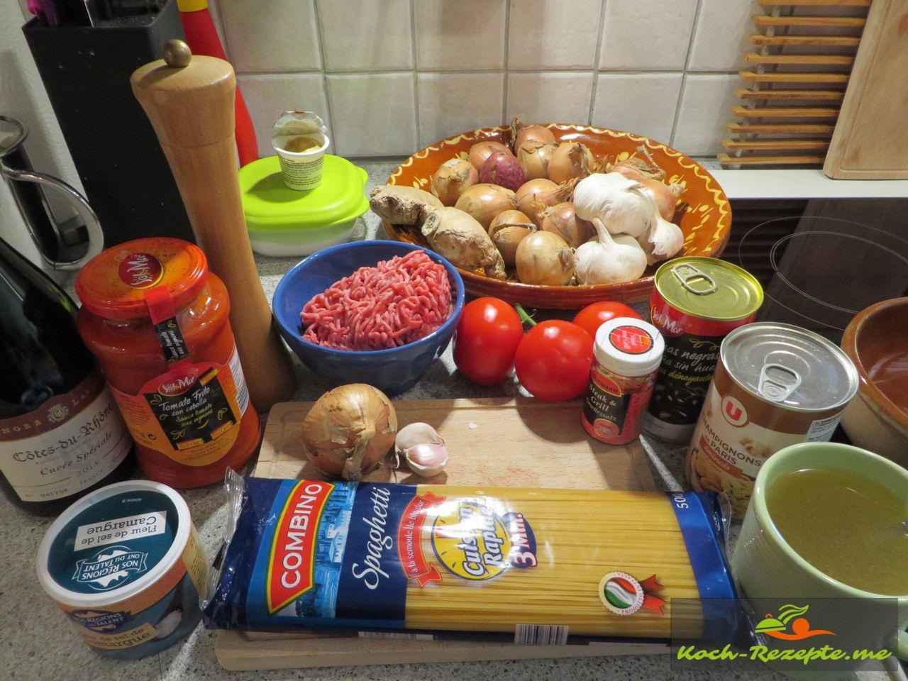 Zutaten für Hackfleischbällchen in Tomatensauce auf Spaghetti
