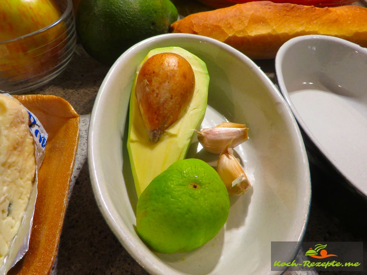 Avocado und  Limette für Avocado-Roquefortcreme, Avocado-Blauschimmelcreme mit Apfel.