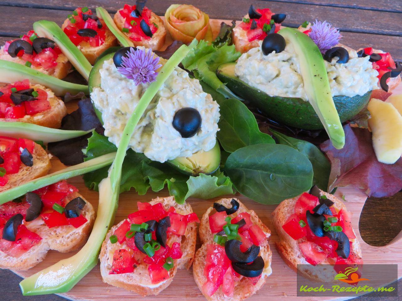 Garnieren mit Baguette und Tomaten und dazu die   Avocado-Roquefortcreme, Avocado-Blauschimmelcreme mit Apfel.
