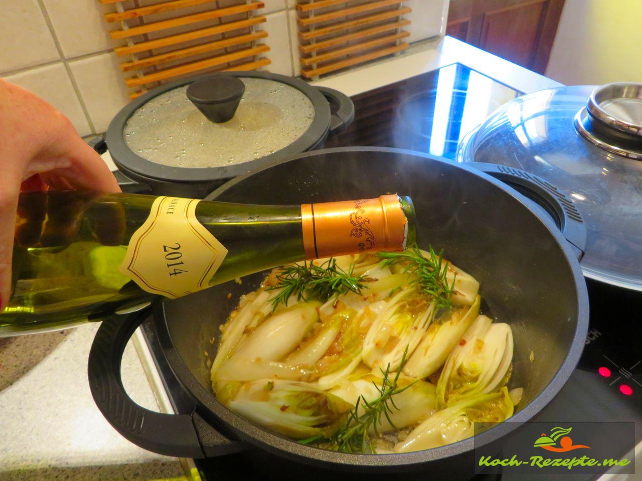 ablöschen mit Weißwein und Gemüsebrühe. Geschmorte Endivie Rezept französisch