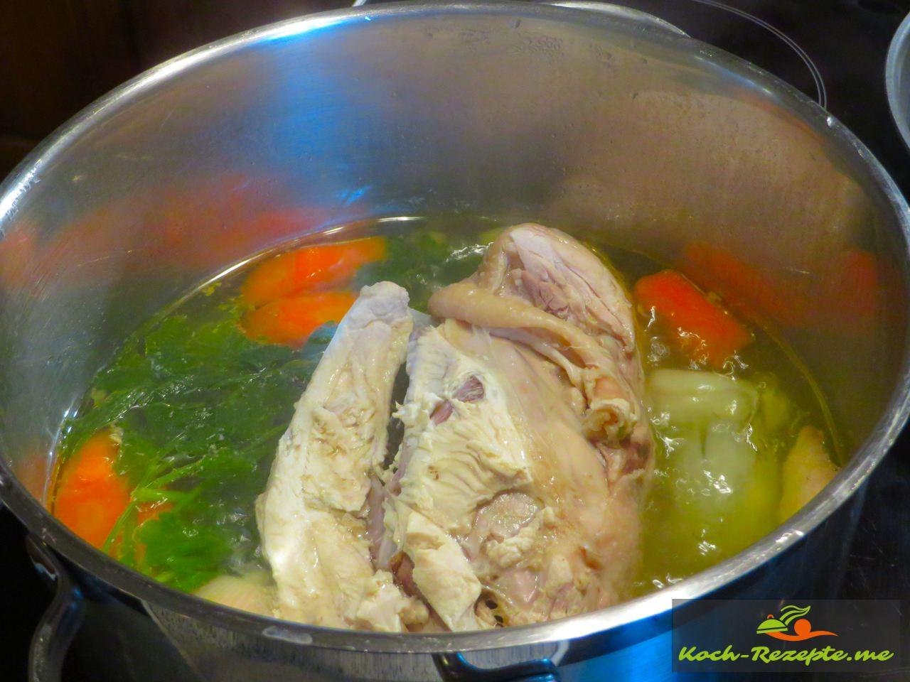 In einem großen Topf wurde das Huhn mit den Zutaten 60 Minuten gekocht
