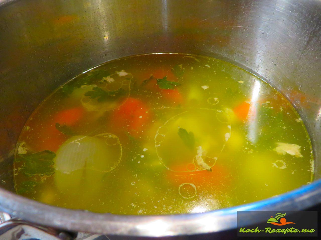Das Huhn wird aus der Suppe genommen und in Mundgerechte Stücke  wieder dazu gegeben