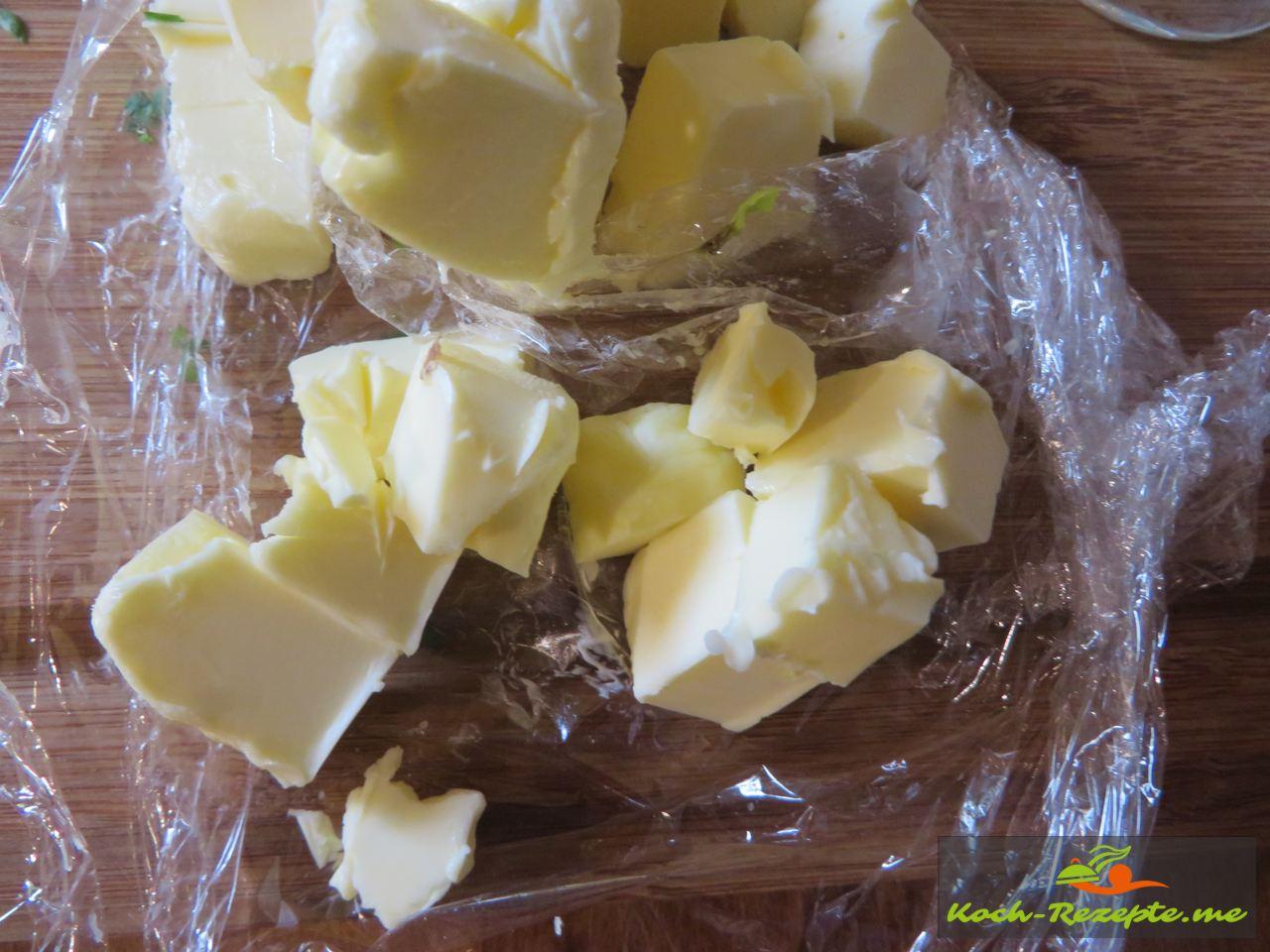 Butter aus der Tiefkühle holen in Würfel schneiden um es in die Sahne Sauce Normande Grundrezept rühren