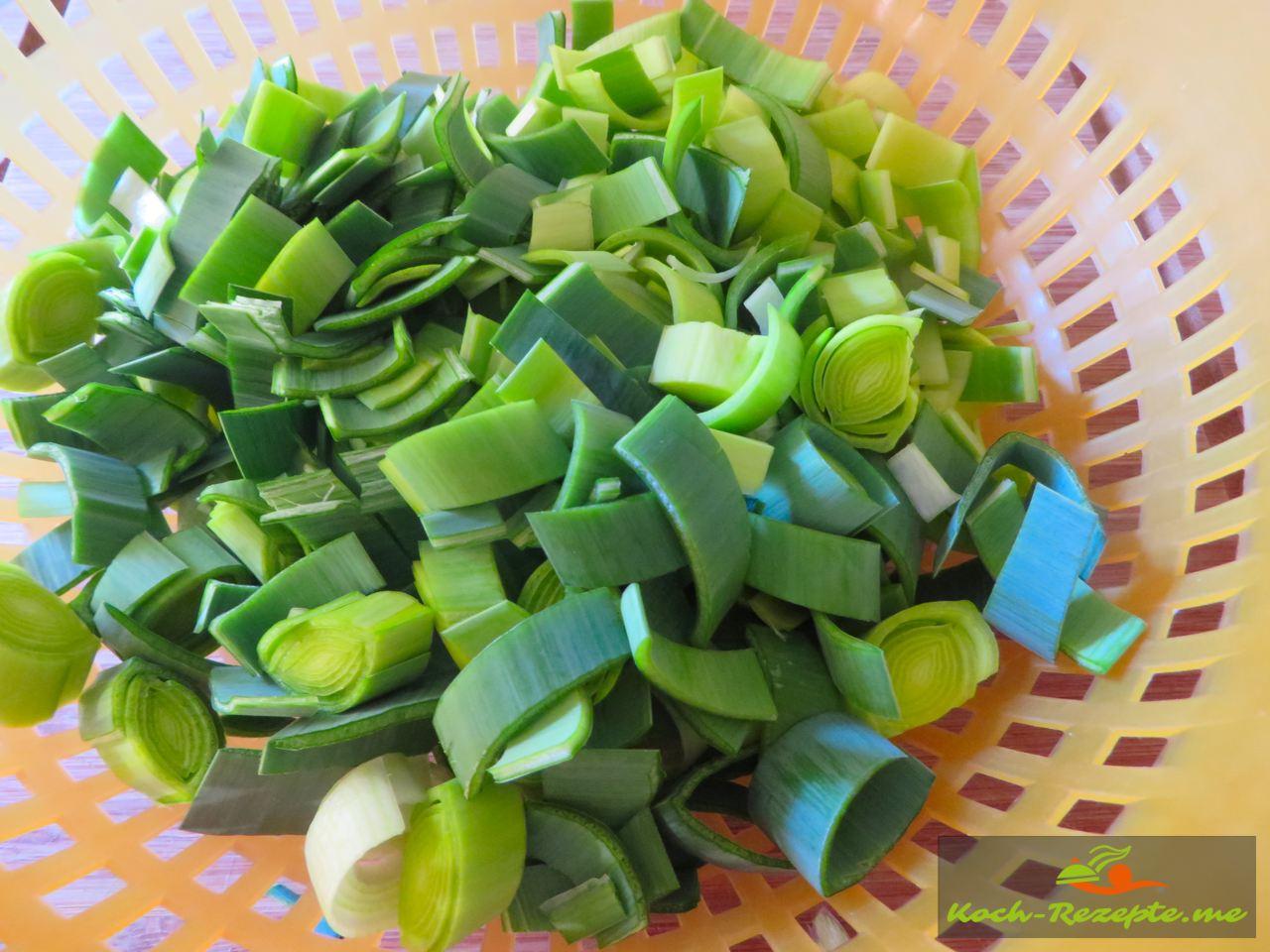 Lauch/Porree waschen und in 1 cm dicke Scheben schneiden für Lauch-Schinken-Tarte auf Mürbeteig