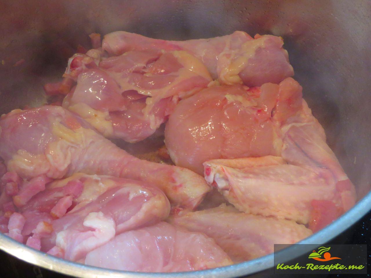 Die Poularde, Huhn kommt dazu, es wurde in Stücke geschnitten für Coq au Vin französisches Nationalgericht Hahn in Wein