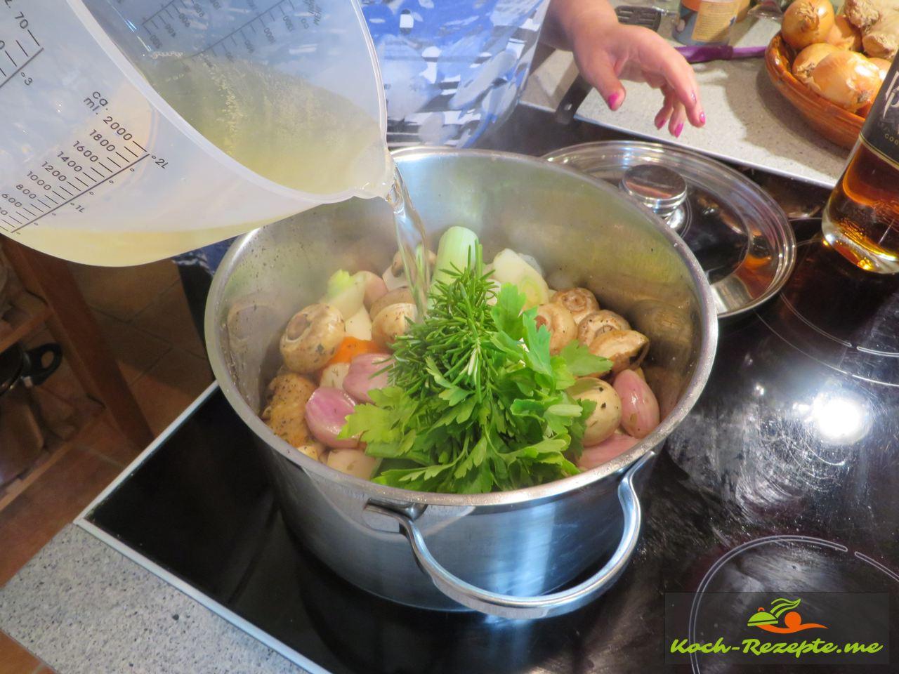 Jetzt kommt Weißwein aufs Huhn für Coq au Vin französisches Nationalgericht Hahn in Wein