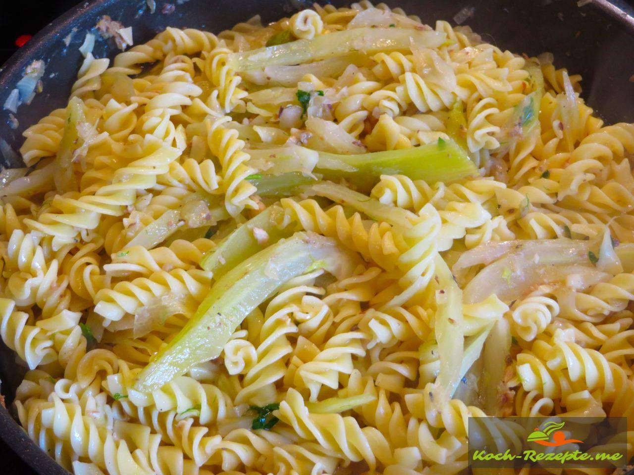 Zum Schluß die Nudel unterheben und nochmal etwas Fenchelbrühe angießen aufkochen und würzen mit Pfeffer,Salz und Petersilie