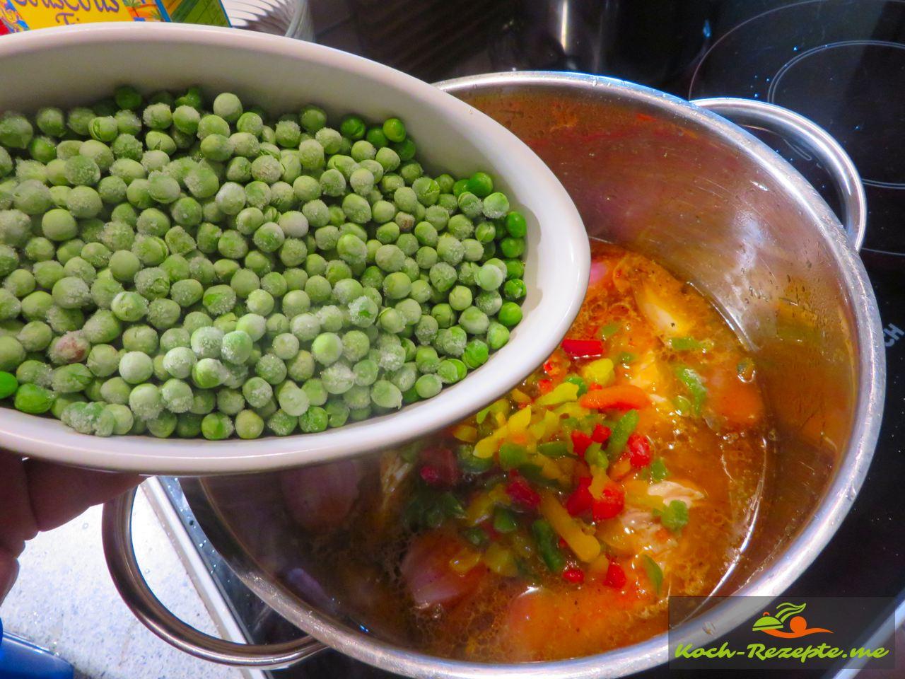 Jetzt kommen die Ebsen, Paprika und Champignons dazu für 10 Minuten mitkochen, Rezept Couscous Huhn Garnelen aus der schnellen französischen Küche.
