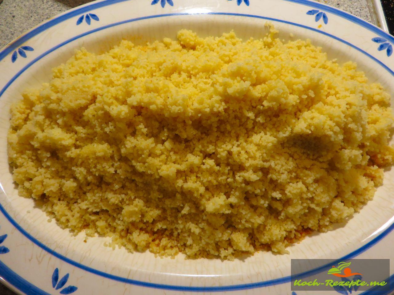 Fertier Cous Cous auf einen Teller anrichten und dann das Gemüse und Geflügel mit Garnelen darauf anrichten, Sauce darüber und heiß servieren