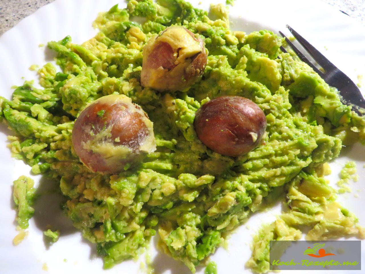 Zum Schluß die Kerne in die fertige Avocadocreme legen so bleibt es grün und wird nicht grau