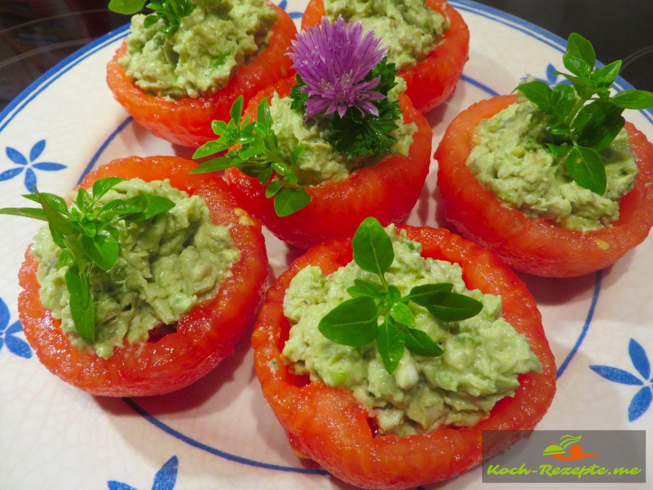Gefüllte Tomaten mit Avocado-Frisch-Ziegenkäse Créme, französisches Rezept.
