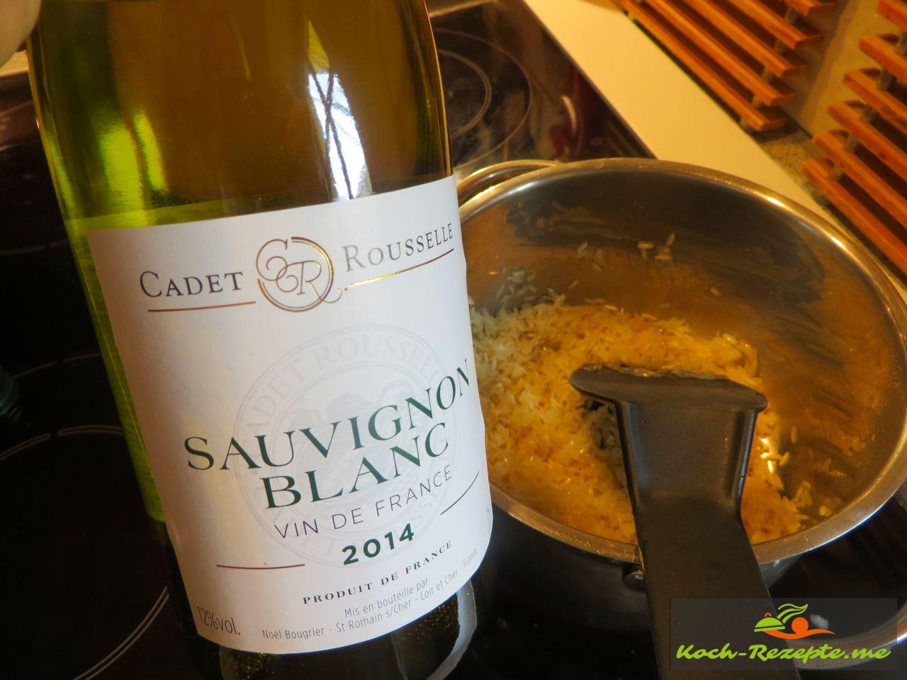 Die Schalotten ablöschen mit Weißwein