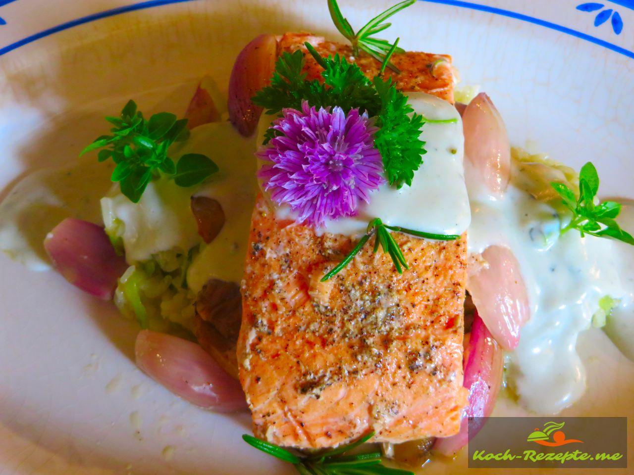 Lachspäckchen mit Reis Risotto-Zucchini und Roquefort Sauce