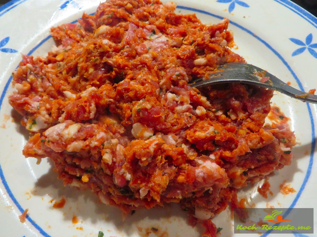 gefüllte Zucchini überbacken auf Paprikagemüse, Rezept mit zwei Sorten französischer Bratwurst die vermischt werden
