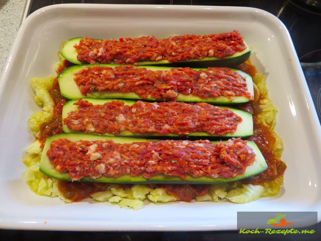 mit französicher frisch gewürzter Bratwurst wird die Zucchini gefüllt