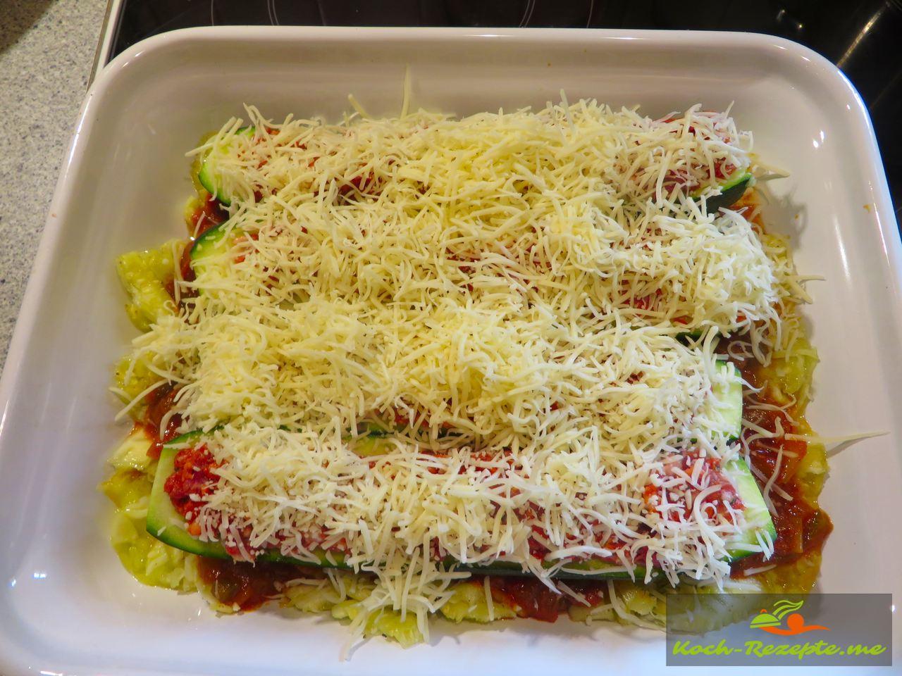 gefüllte Zucchini überbacken auf Paprikagemüse, Rezept mit französischer Bratwurst. mit Käse überbacken