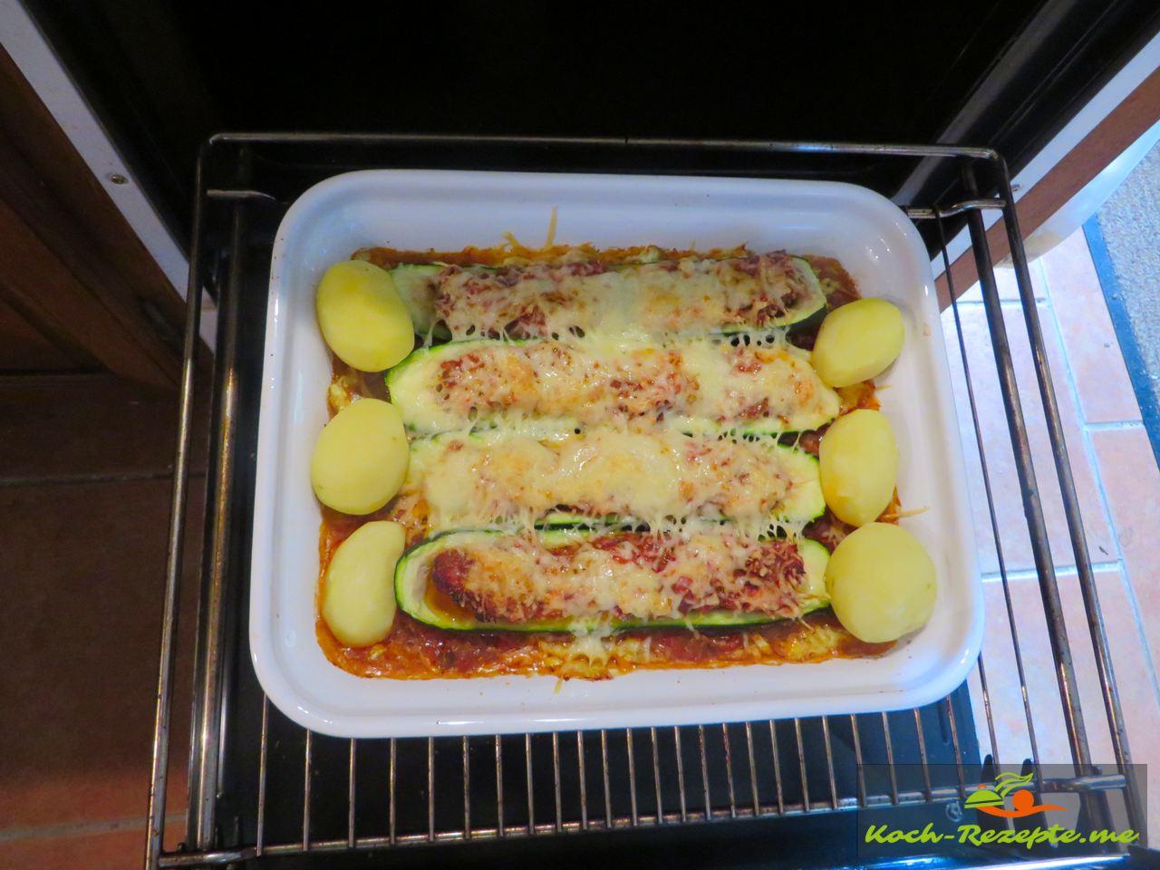 gefüllte Zucchini überbacken auf Paprikagemüse, Rezept mit französischer Bratwurst.