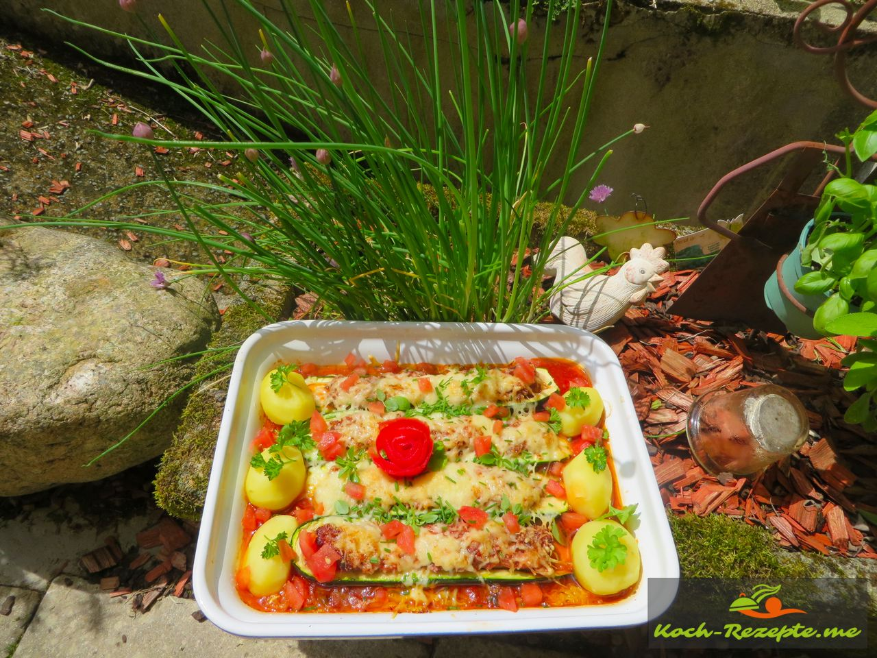 Ein Traum gefüllte Zucchini überbacken auf Paprikagemüse, Rezept mit französischer Bratwurst.