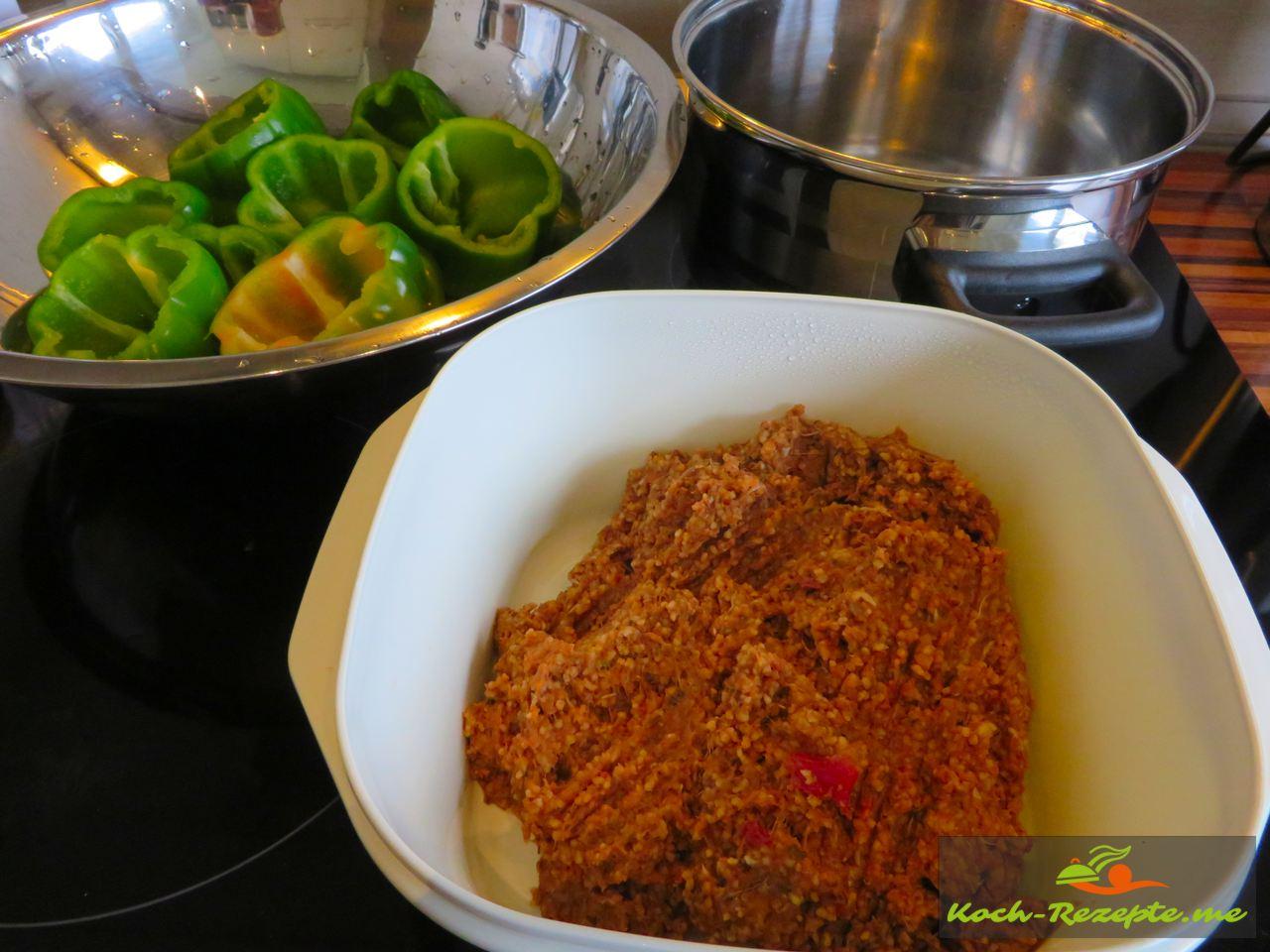Das fertige Rindhackfleisch , gewürzt und Couscous untergehoben