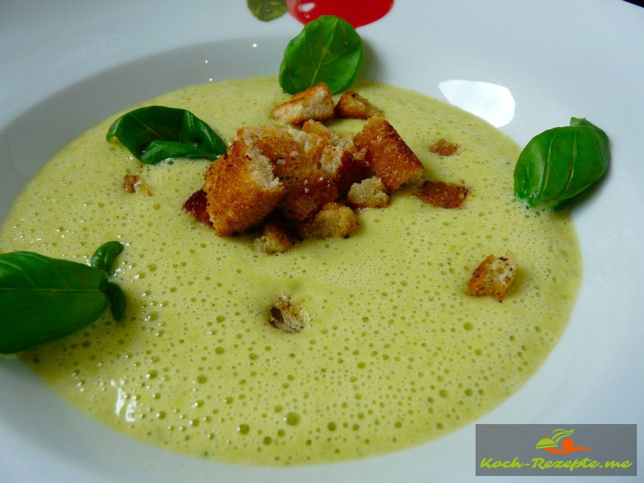 blitzschnelle leichte Zucchinisuppe mit Ingwer und Croutons