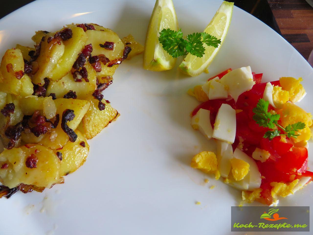 Bratkartoffeln und Salat zur Finkenwerder Scholle klassisch mit Speck-Zwiebeln