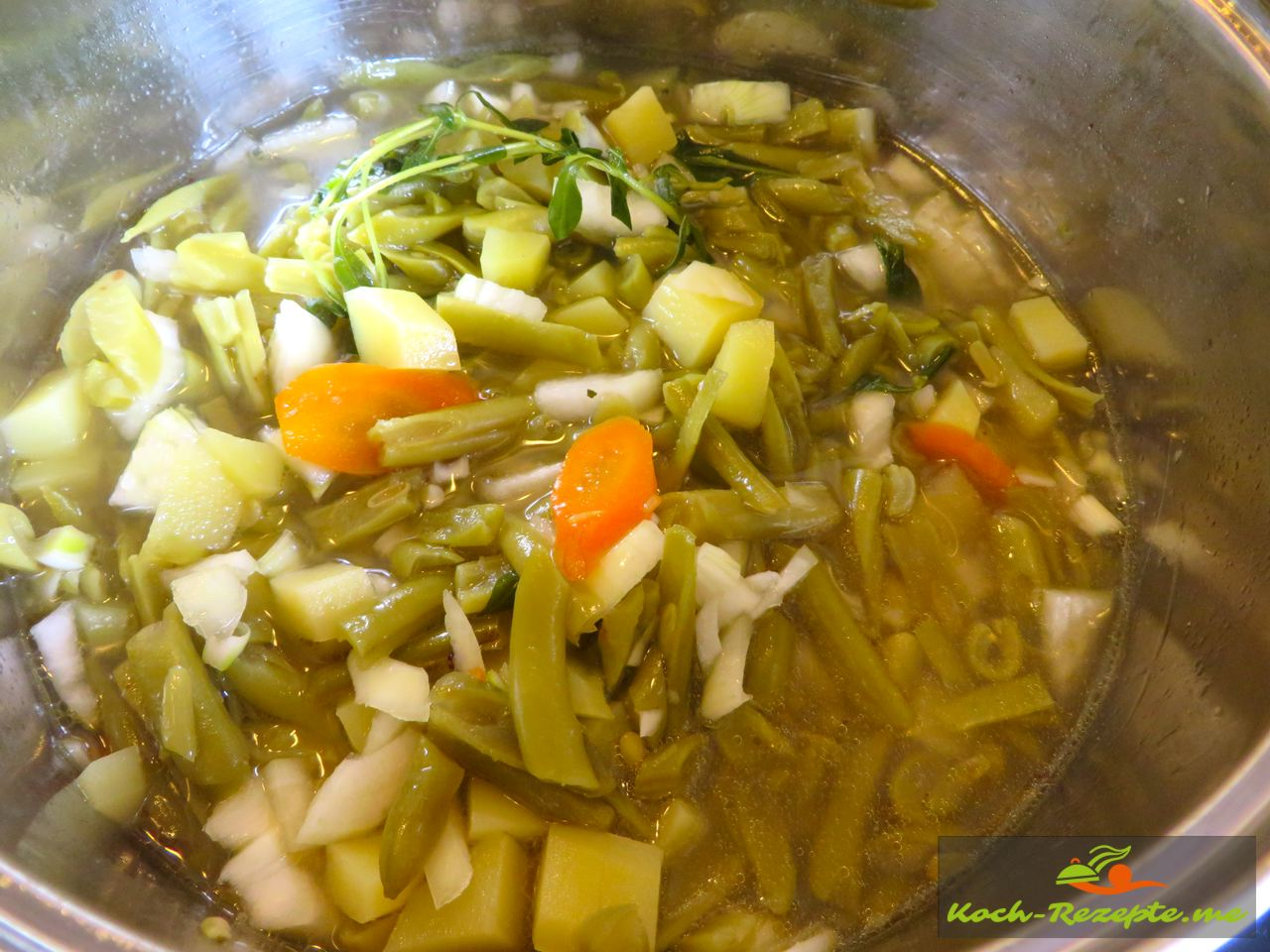 nochmals die Grüne Bohnen-Buttermilch Suppe mit Katenrauch Bauchspeck aufkochen