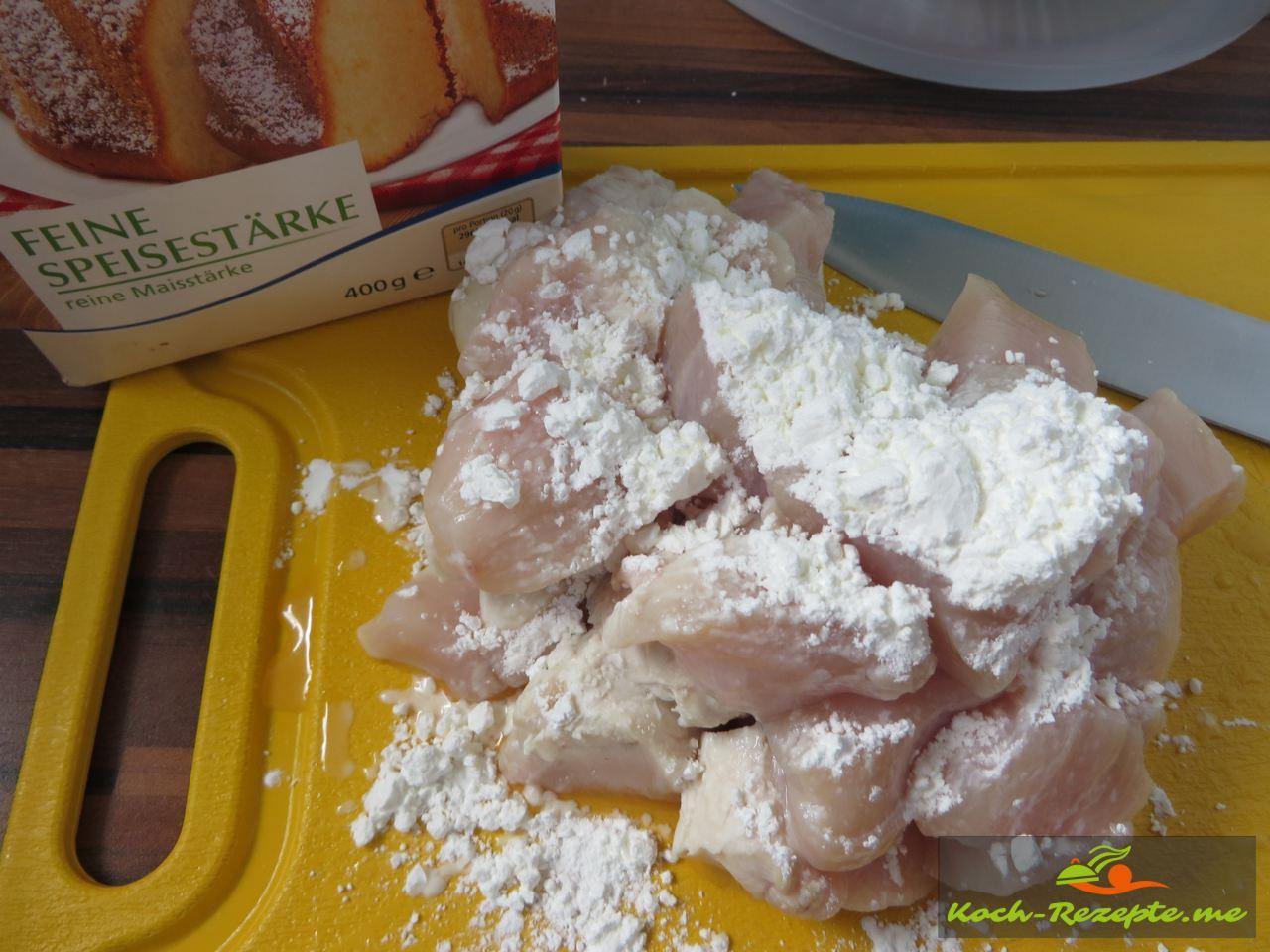 Hähnchen-Würfel mit Speisestärke bestreuen