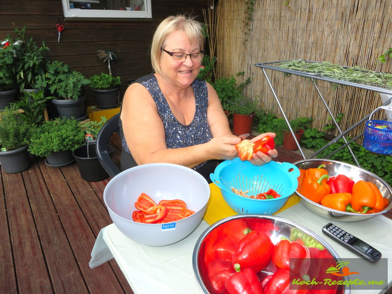So ich genieße die Sonne und bearbeite die Paprika für die Ajvar selber kochen  im Garten bevor es in der Küche weiter geht