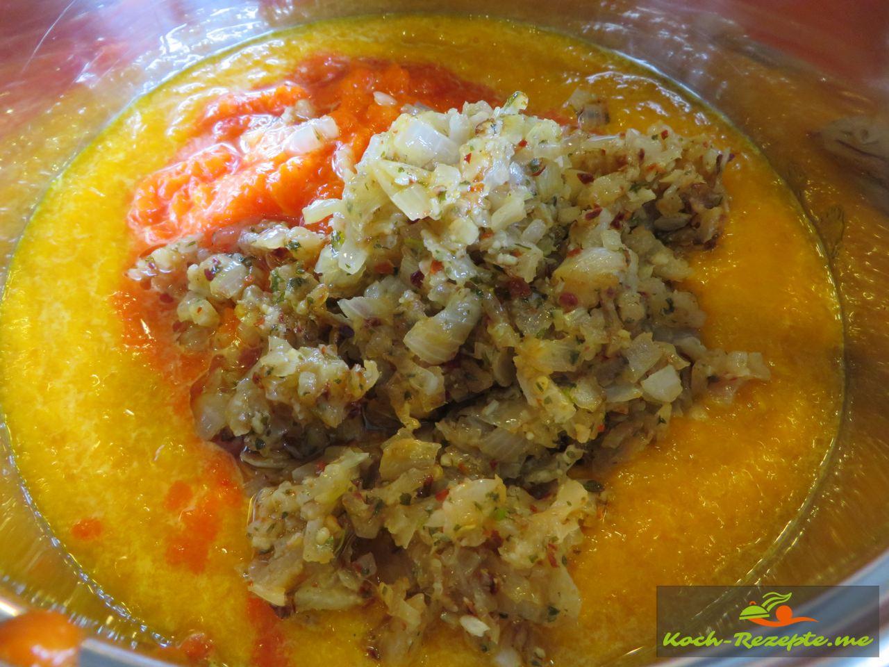 Für die Ajvar selber kochen  werden die  Zwiebeln und Knoblauch angedünstet in der Pfanne und untergemischt