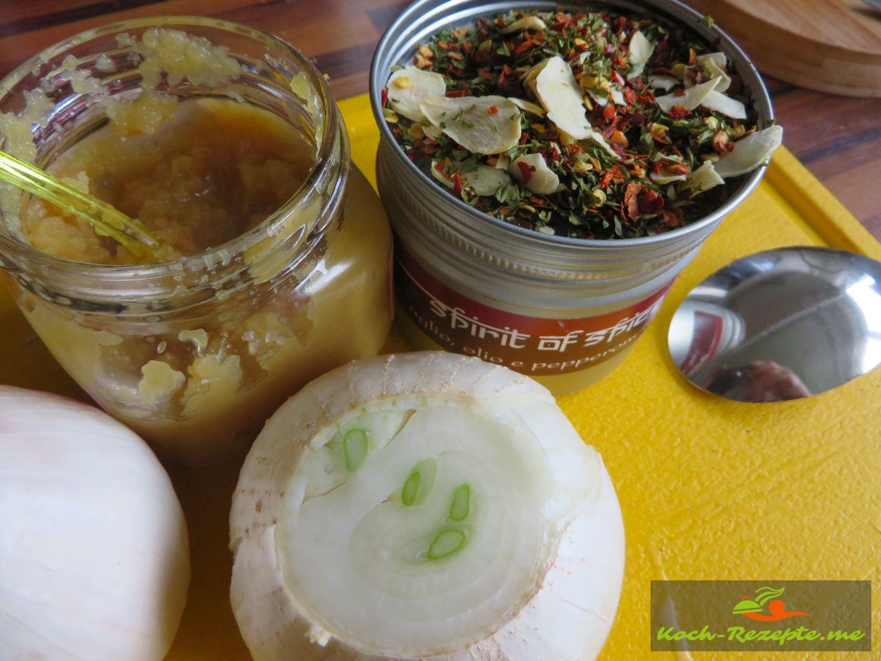 Kräuter, Gewürze, Knoblauchpaste  und Zwieben für die Ajvar selber kochen