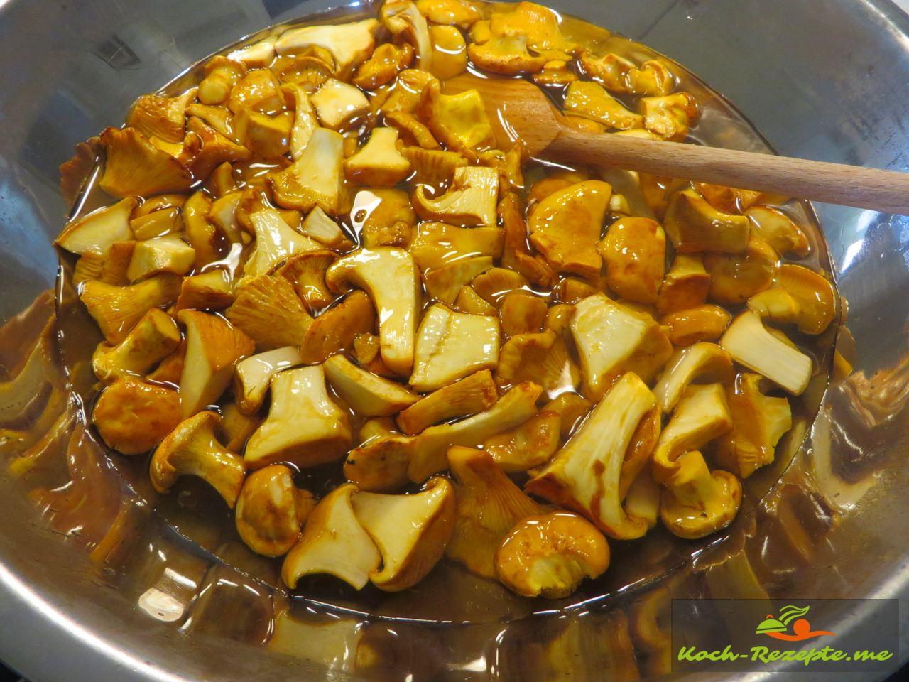 Pfifferlinge einfrieren mit Tipps Schritt für Schritt, 60 Sekunden mit kochendem Wasser 1 Teelöffel Salz blanchieren
