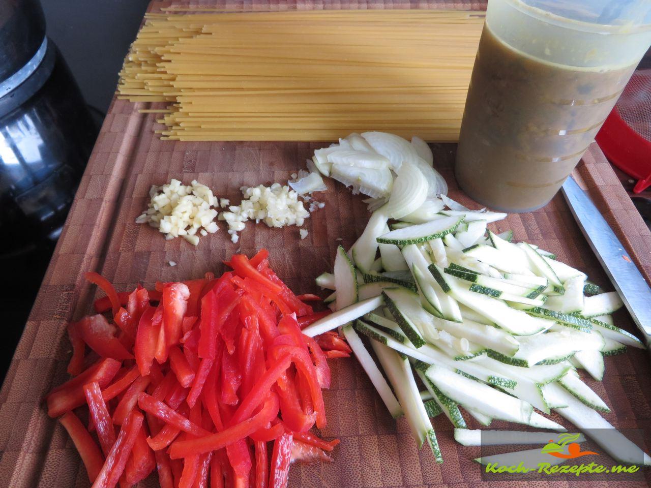 Zutaten für Bami Goreng gebraten, Rezept Nudeln mit Hähnchen und Spiegelei.