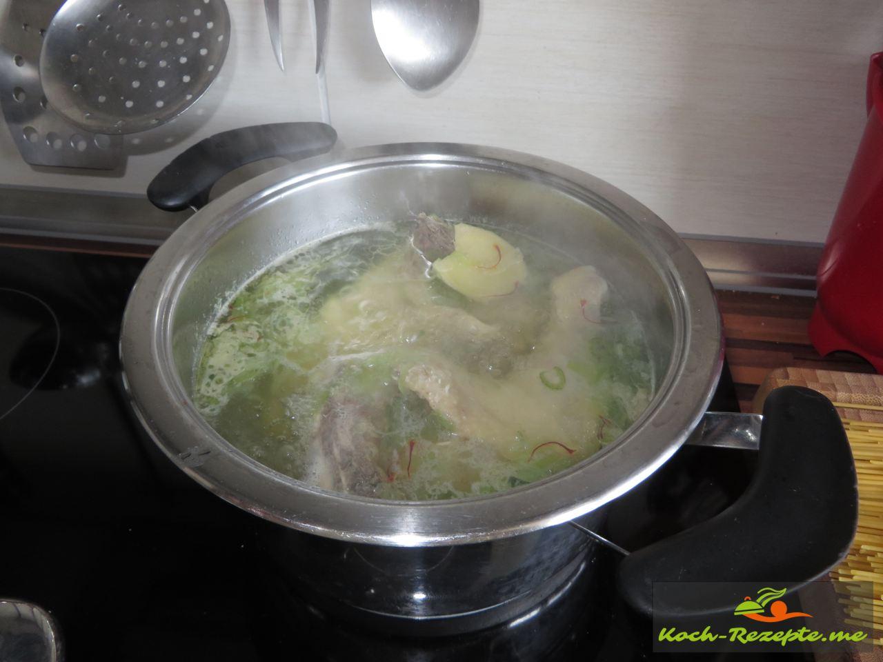 Hähnchenkeulen kochen für Bambi Goreng gebraten, Rezept Nudeln mit Hähnchen und Spiegelei.