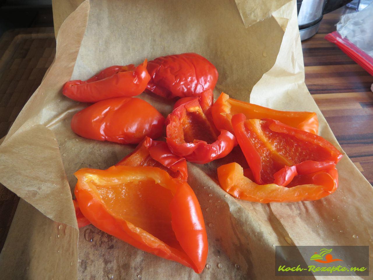 Rote Paprika in Backpapier einPäckchen machen zum häuten für die Paprika-Rahmsuppe