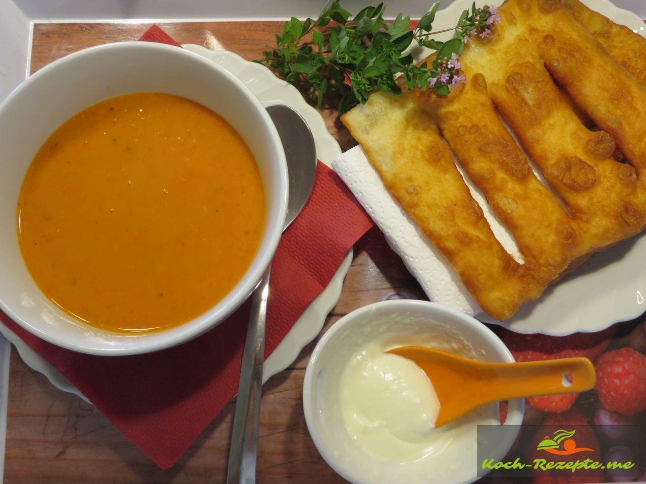 Fertige Paprika-Rahmsuppe mit Fladenbrot