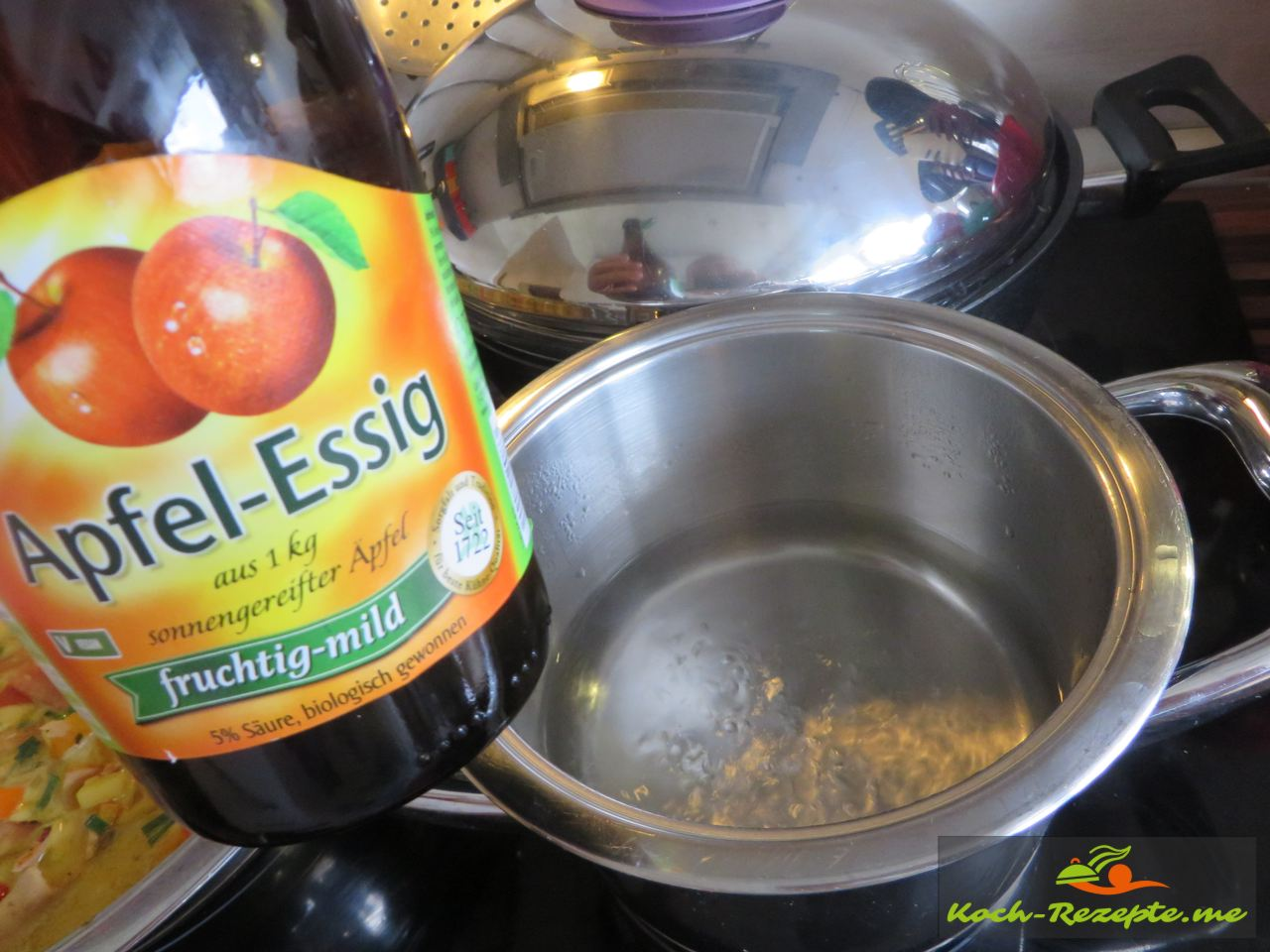 Die pochierten Eier machen, kochendes Wasser mit Apfelessig