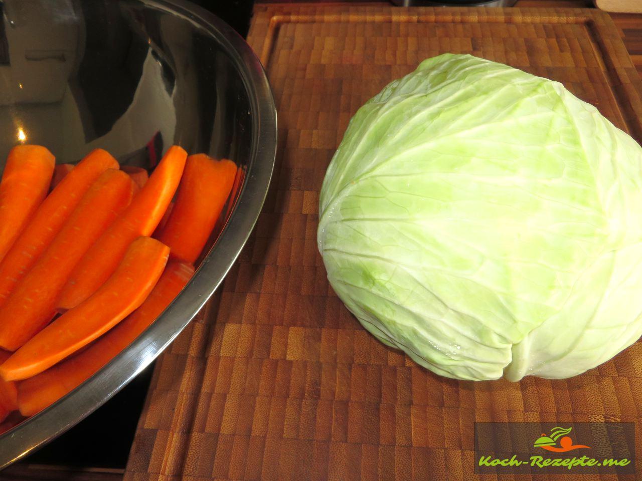 Einen kleinen Kopf Weisskraut mit Karotten